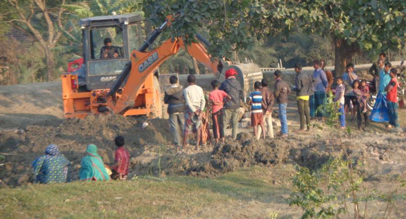 ভুমি দস্যু কওছার ও শফিকুলের বিরুদ্ধে পাউবোর জায়গার মাটি কেটে বিক্রির অভিযোগ: কর্তৃপক্ষ নিরব