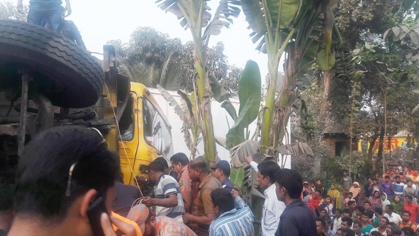 মাধবকাঠি বাজারে দুটি ট্রাকের মুখোমুখি সংঘর্ষে দু'জন আহত