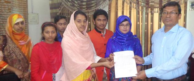 পারিবারিক নিরাপত্তার জন্য জেলা প্রশাসক বরাবর স্মারকলিপি প্রদান করেছে শিক্ষার্থী মরিয়ম