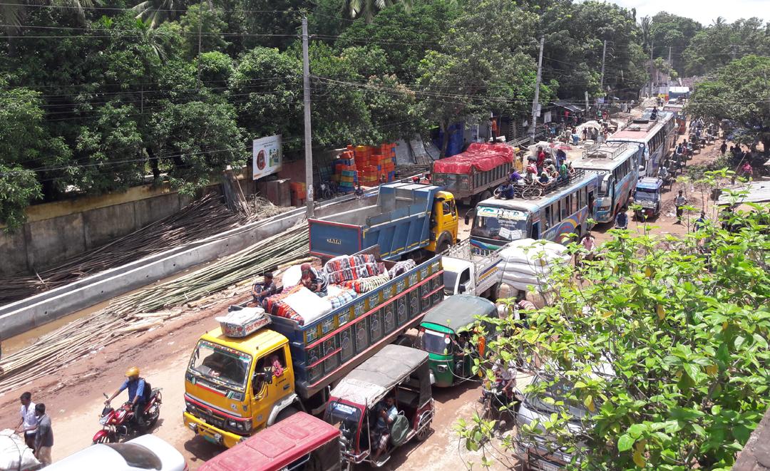ক্যাপশন: যানজটে নাকাল শহরবাসী