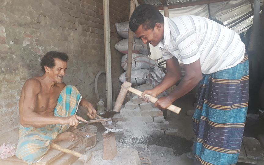 কোরবানী ঈদকে সামনে রেখে কামারপাড়ার কারিগররা এখন ব্যস্ত