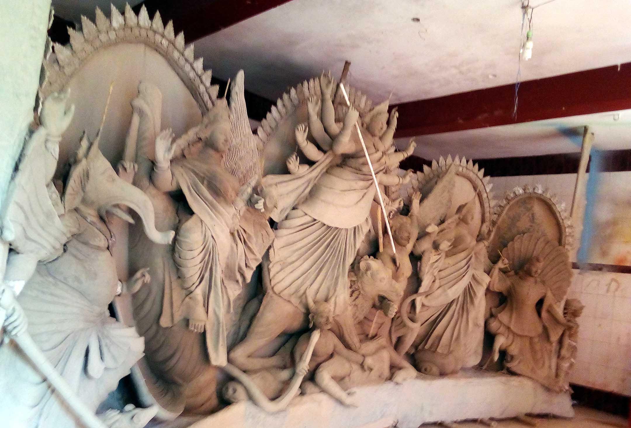 শারদীয় উৎসব: শার্শায় ২৭টি পূজা মন্ডবে চলছে প্রতিমা তৈরির কাজ
