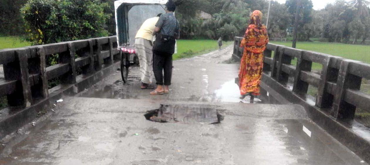 দু'বছর আগে ভেঙেছে কালিগঞ্জের দুদলী ব্রীজ: ঘটছে দুর্ঘটনা