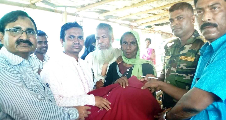 আটুলিয়া ইউনিয়ন বাসির পক্ষ থেকে রোহিঙ্গাদের মাঝে কম্বল বিতরণ