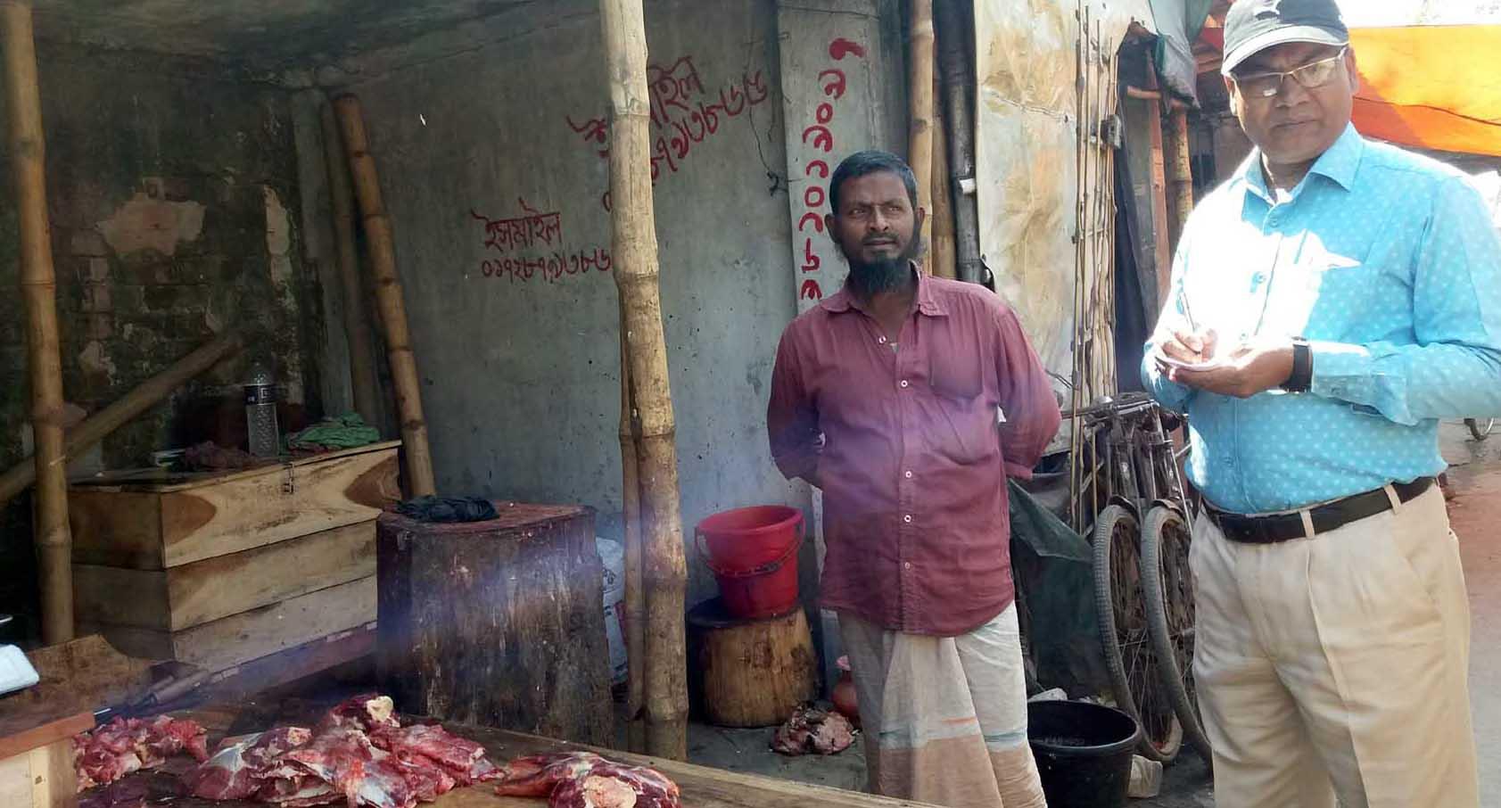 পাইকগাছা পৌর বাজারে অস্বাস্থ্যকর পরিবেশে বিক্রি হচ্ছে মাংস