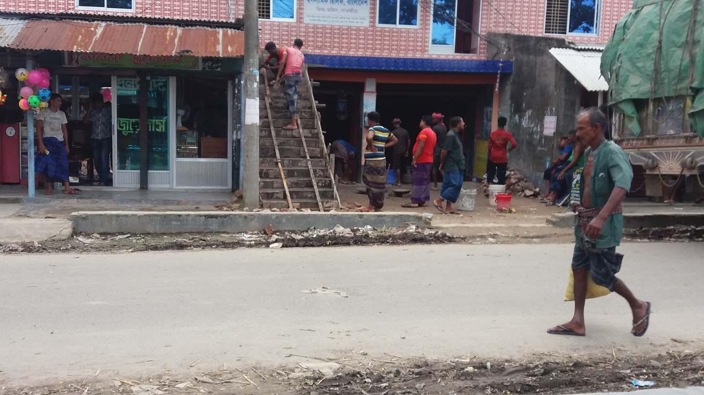 মুন্সিগঞ্জ বাজারে সরকারি জায়গায় অবৈধ স্থাপনা