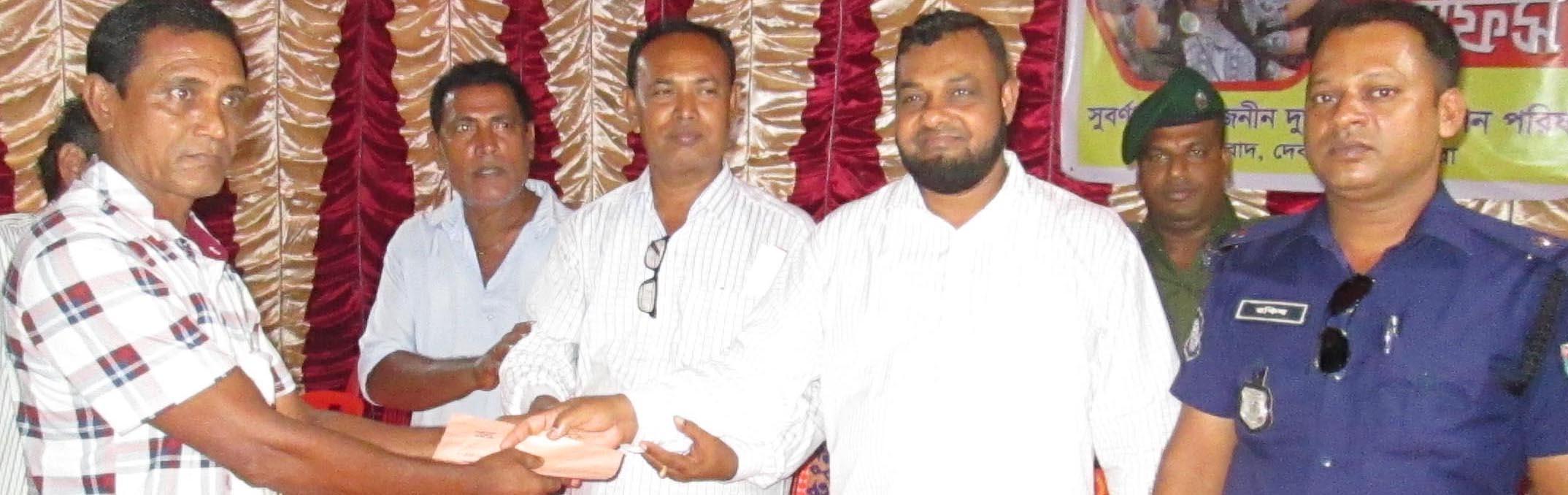 জেলা পরিষদ সদস্য আলফার দেবহাটার বিভিন্ন পূজামন্ডপ পরিদর্শন ও অনুদান প্রদান