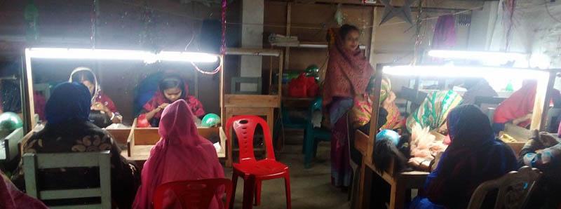 পাইকগাছায় পরচুলা তৈরীর কারখানা স্থাপিত, কর্মসংস্থান ও সাবলম্বী হচ্ছে নারীরা