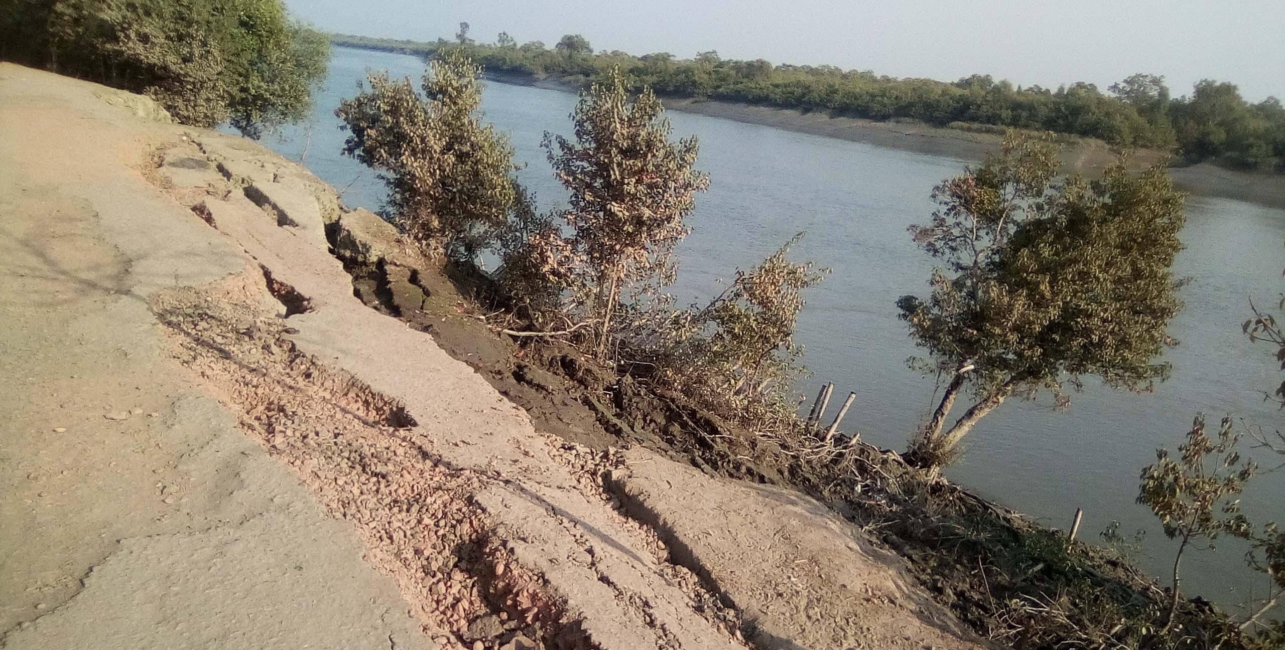 শ্যামনগরে পাউবোর বেড়িবাঁধে ভাঙন: আতংকে এলাকাবাসি