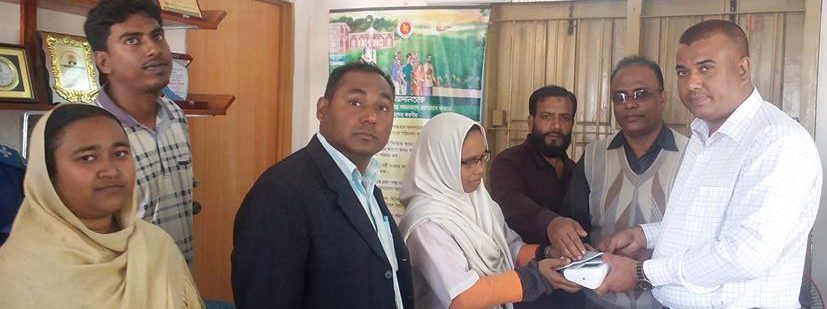 তালায় স্বাস্থ্য সেবা উন্নয়নে ব্লাড পেসার ও ফ্যান বিতরণ