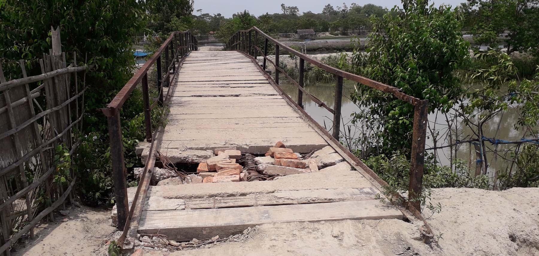 কালিগঞ্জের গুতিয়াখালি নদীর উপর কুমারখালি ব্রীজটি মরণ ফাঁদ