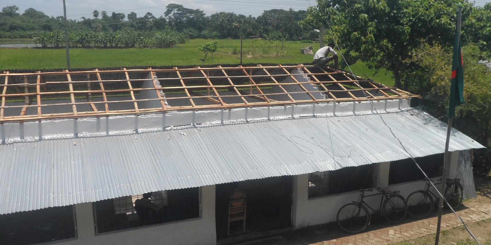 টর্নেডোর আঘাত এখনো কাটিয়ে উঠতে পারেনি তালা মডেল সরকারি প্রাথমিক বিদ্যালয়