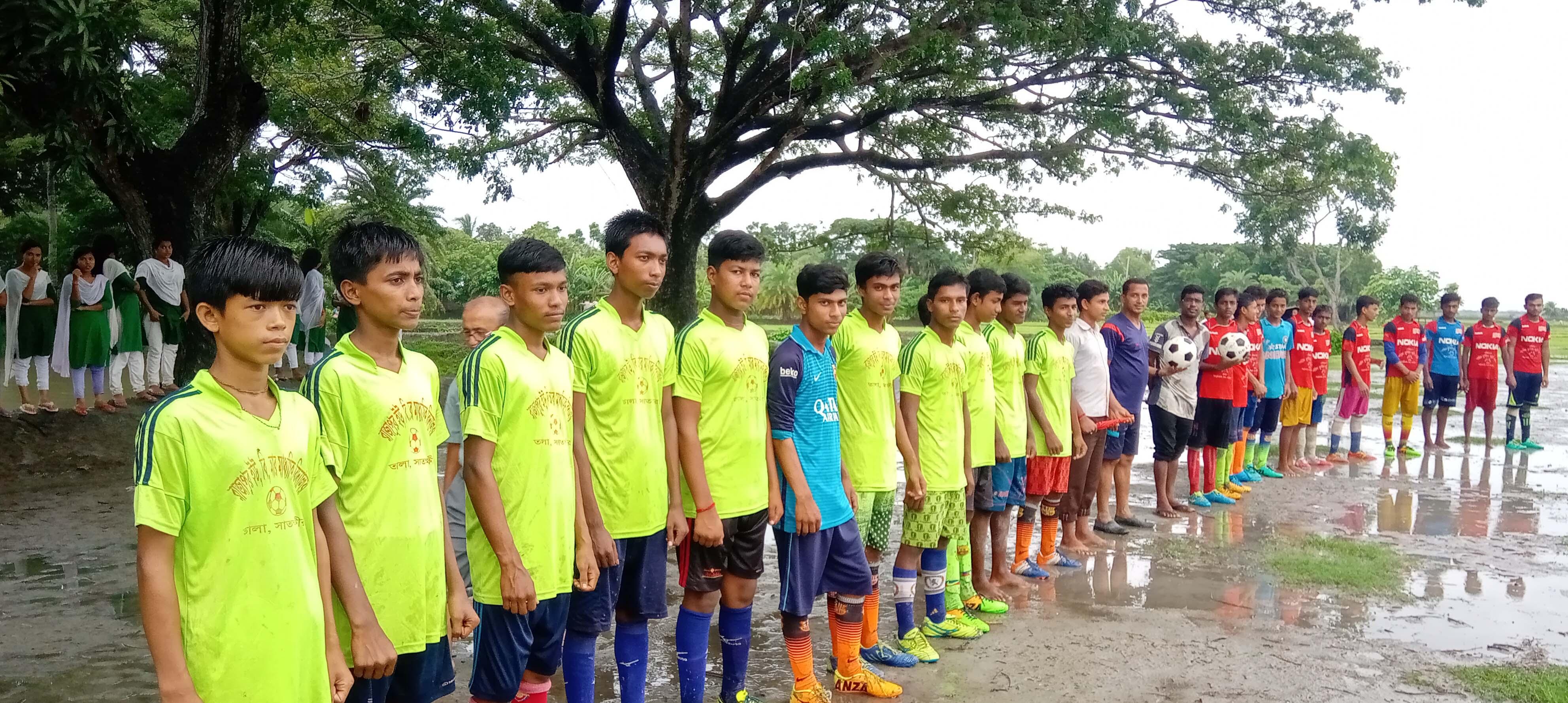 তালার রাজাপুরে প্রীতি ফুটবল ম্যাচ