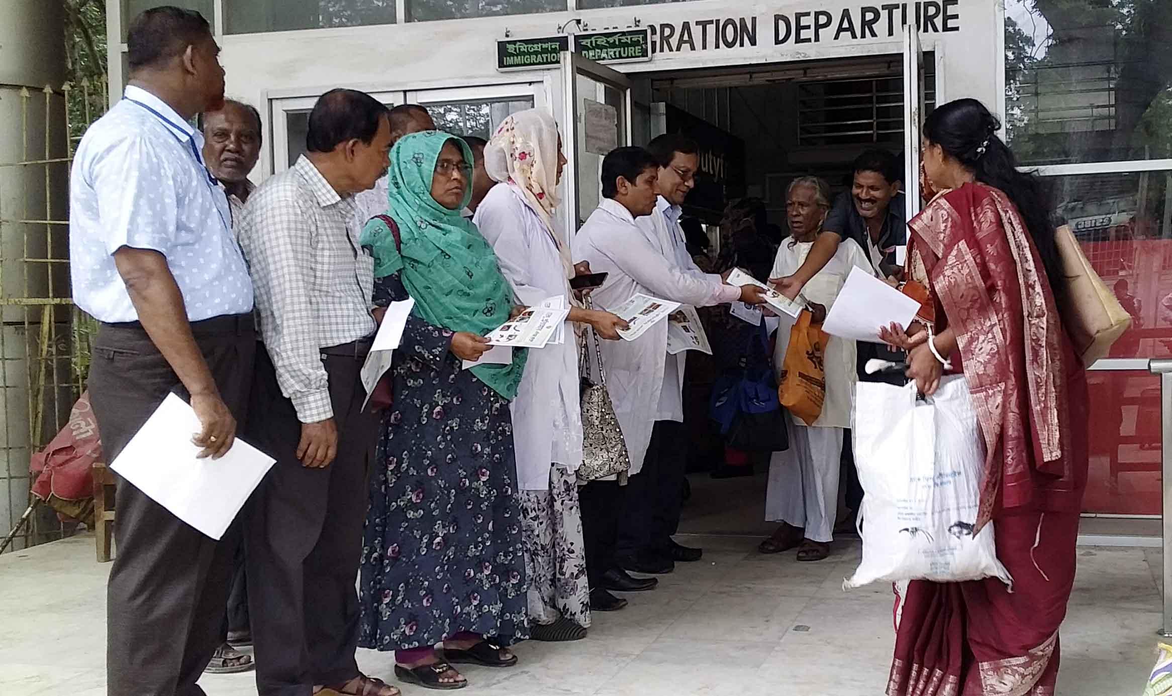 অবশেষে বেনাপোল সীমান্তে ডেঙ্গু প্রতিরোধে গণ সচেতনা চালাচ্ছেন স্বাস্থ্য বিভাগের কর্মকর্তারা