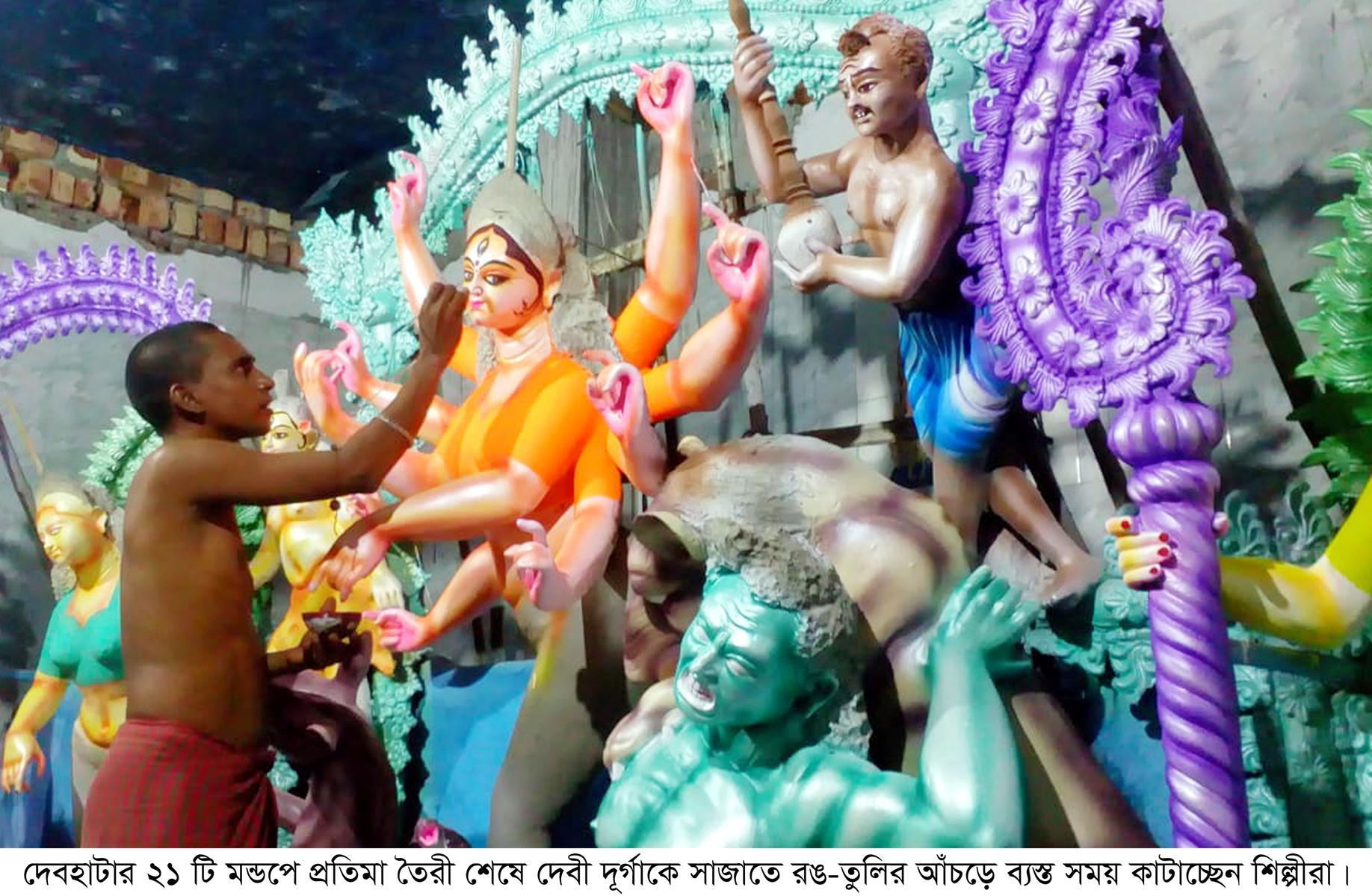 দেবহাটার ২১টি পূজামন্ডপে শেষ হয়েছে প্রতিমা তৈরী: রঙ-তুলির আঁচড়ে ব্যস্ত শিল্পীরা