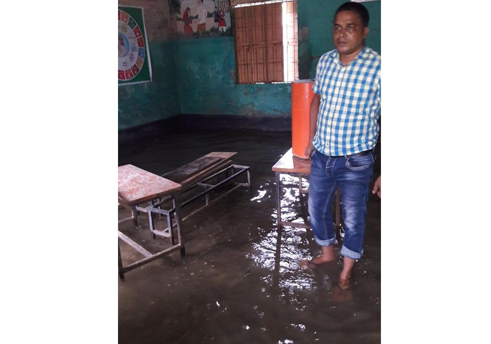 পাটকেলঘাটা প্রাথমিক বিদ্যালয়ের ক্লাশ রুমে পানি