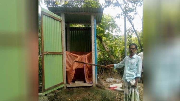 কালিগঞ্জে ডেঙ্গু থেকে বাঁচতে টয়লেটে মশারি টানিয়ে ভাইরাল