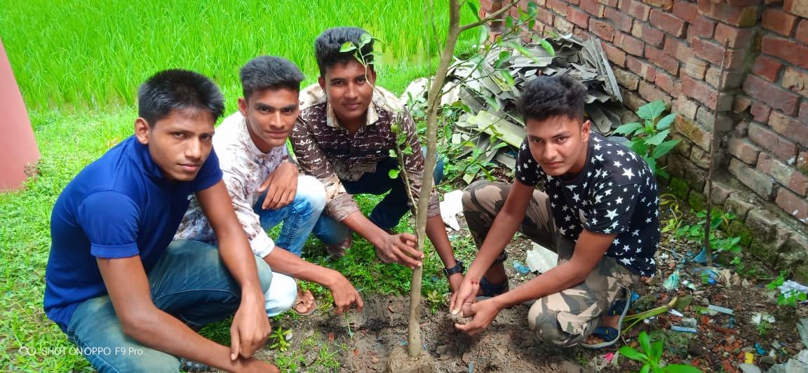 শিক্ষার্থীদের উদ্যোগে মুন্সিগঞ্জ কলেজে ফলদ বৃক্ষ রোপন