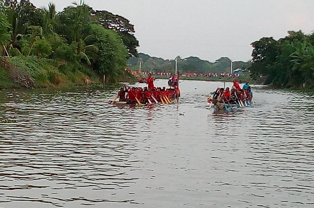 তালার মাদরায় গ্রাম বাংলার ঐতিহ্যবাহী নৌকা বাইচ প্রতিযোগিতা