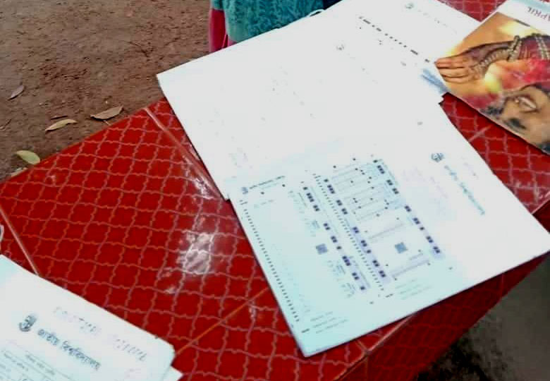 তালায় বোর্ড পরীক্ষার খাতা দেখছেন শিক্ষকের শালিকা