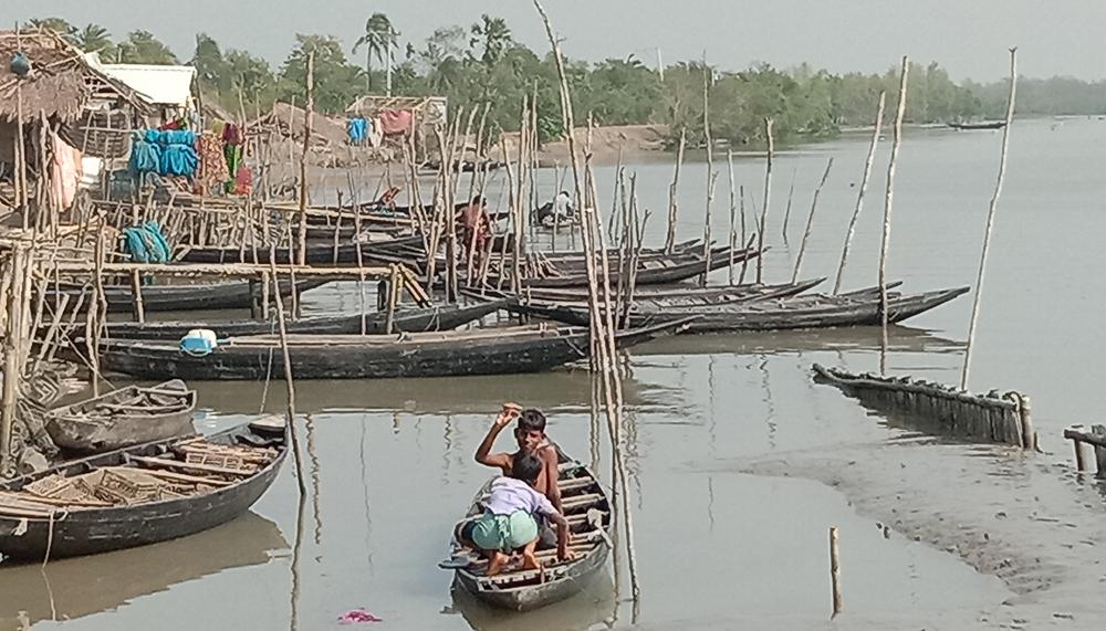 নিরব কান্না উপকূলের জেলে পল্লীতে: তিনদফা পাশ বন্ধের পর বুলবুলে পথে বসেছে অর্ধলক্ষাধিক মানুষ (ভিডিও)